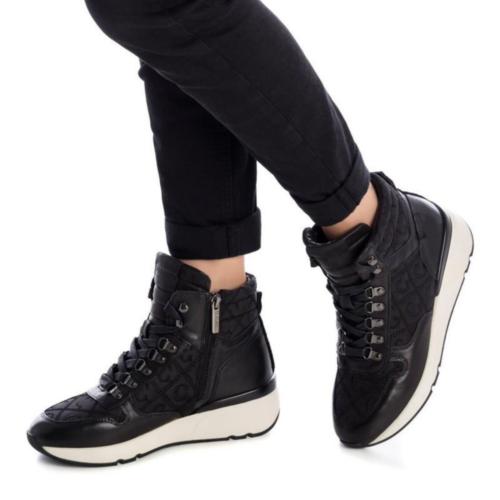 Botines Deportivos con Cuña Carmela Shoes 06811401 Negros modelo